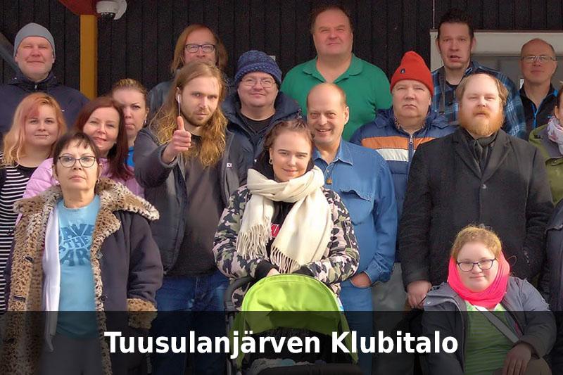 Tuusulanjärven Klubitalon väkeä sekä teksti Tuusulanjärven Klubitalo