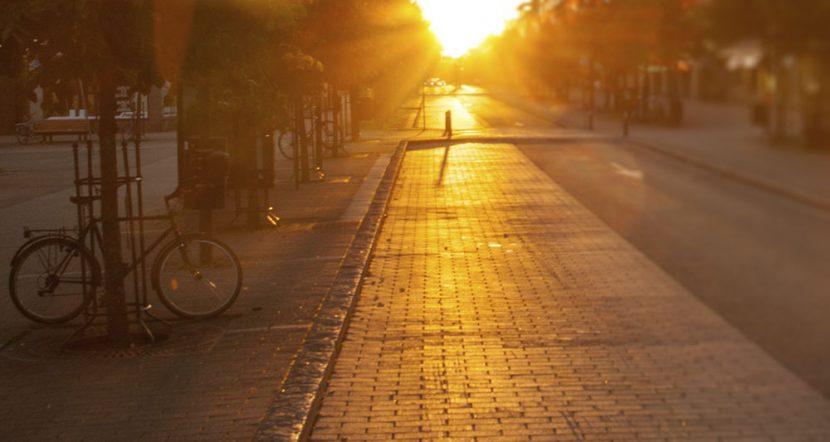 Kaunis auringonnousu kävelykadun päässä