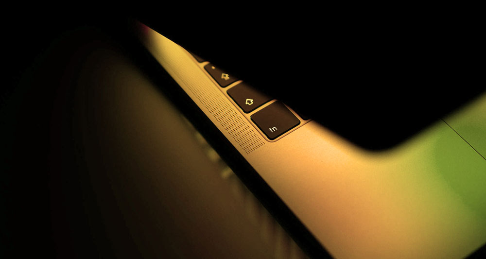 Kuva kanettavasta tietokoneesta, josta hehkuvat ESKOT ry:n värit