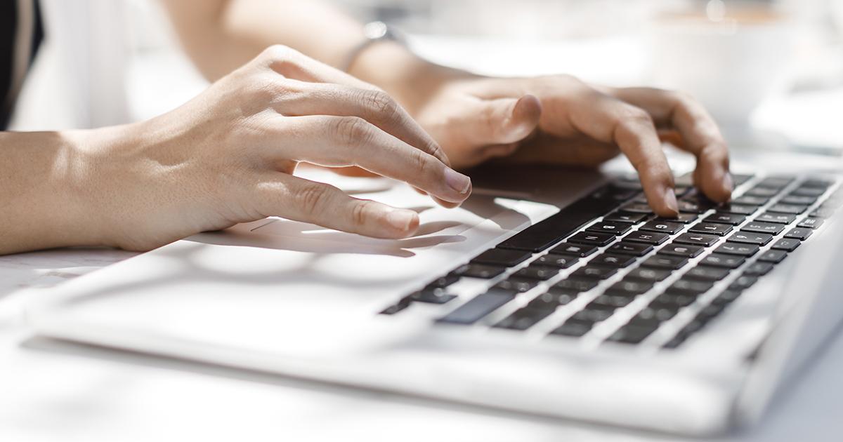 Henkilö osallistumassa Klubitalon etätoimintaan kannettavalla tietokoneella